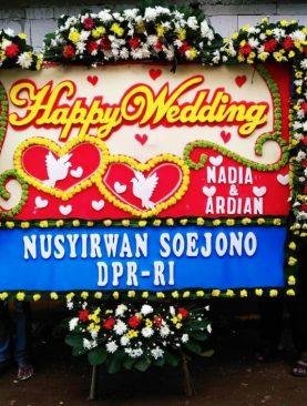 karangan bunga papan happy wedding dari nusyotwan soejono DPR RI